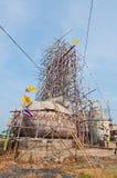 Статуя Будды с голубым небом под конструкцией Стоковая Фотография RF