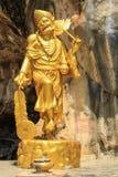Статуя буддизма золота в пещере Стоковая Фотография