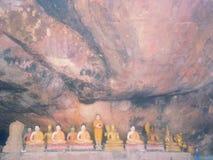 Статуя Будды внутри для буддийского поклонения Стоковое Изображение