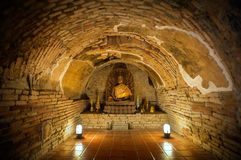 Статуя Будды в одном из подземных тоннелей на Wat Umong, Чиангмае, Таиланде Стоковое Изображение