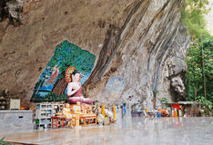 Статуя Будды в утесе в старом лесе Стоковое Изображение