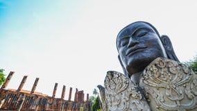 Статуя Будды головы в старом виске Стоковая Фотография RF