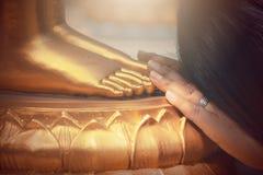 Статуя Будды золота в виске Таиланда Стоковые Изображения RF