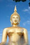 Статуя Будды золота под конструкцией в тайском виске с ясным небом WAT MUANG, ремень Ang, ТАИЛАНД Стоковые Фотографии RF