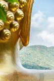 Статуя Будды и горы стоковые фотографии rf