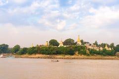 Статуя Будды на банке реки Irrawaddy, Мандалая, Мьянмы, Бирмы Скопируйте космос для текста стоковые изображения rf