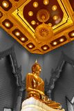 Статуя Будды на Wat Traimitr Withayaram, ориентир ориентире перемещения Стоковые Фотографии RF