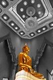Статуя Будды на Wat Traimitr Withayaram, ориентир ориентире перемещения Стоковая Фотография RF
