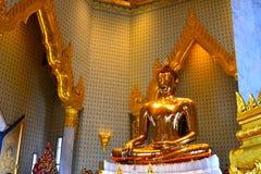 Статуя Будды на Wat Traimitr Withayaram, ориентир ориентире перемещения Стоковая Фотография