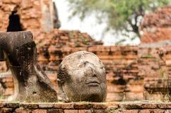 Статуя Будды трещиноватости в wat Mahathat виска в Ayutthaya стоковое фото rf