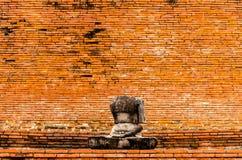 Статуя Будды трещиноватости в wat Mahathat виска в Ayutthaya стоковые фотографии rf