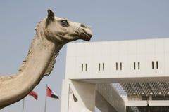 Статуя верблюда на штабах муниципалитета Дубай Стоковые Фото