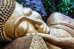Статуя возлежа Будды, Wat Tham Phou Si, Luang Prabang, Лаоса Стоковые Изображения