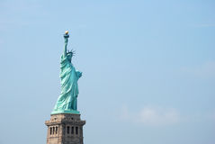 Статуя вольности против голубого неба Стоковые Фотографии RF