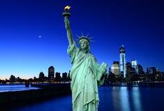 Горизонт Нью-Йорк и статуя вольности, NYC, США Стоковая Фотография