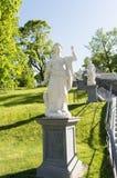 Статуя в каскаде дракона парка Peterhof в лете Стоковые Изображения RF