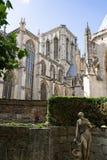 Статуя в саде и готической церков стоковые изображения rf