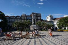 Статуя в центре  квадрата Карлоса Альберто в Порту, Португалии Стоковые Изображения