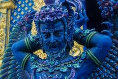Статуя голубого предохранителя в виске сини Wat Rong Suea 10 в Chiang Rai, Таиланде Стоковое Фото