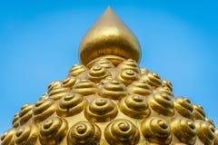 Статуя головы Будды с голубой предпосылкой стоковое изображение