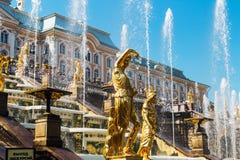 Статуя грандиозных фонтанов каскада в Peterhof Стоковое Изображение
