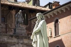 Статуя Данте Алигьери в Вероне стоковые фотографии rf