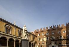 Статуя Данте Алигьери в Signori dei аркады, Вероны, Италии Красивые статуи Dante в середине городка Вероны старого с стоковая фотография rf