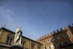 Статуя Данте Алигьери в Signori dei аркады, Вероны, Италии Красивые статуи Dante в середине городка Вероны старого с стоковые изображения rf