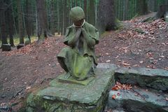 Статуя девушки, каменной лестницы и деревьев стоковое фото rf