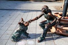 Статуя девушки с собакой Стоковое Фото