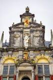 Статуя Делфт Голландия Нидерланды правосудия фасада здание муниципалитета Стоковое Фото