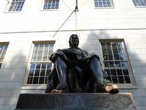 Статуя Джона Гарварда, двор Гарварда, Гарвардский университет, Кембридж, Массачусетс, США Стоковые Изображения RF