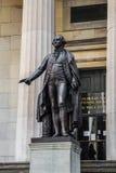 Статуя Джорджа Вашингтона на dist Нью-Йорка Манхаттана финансовом стоковые фотографии rf