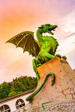 Статуя дракона на мосте Любляны Старая статуя дракона как символ попечителя города Любляны, столицы Словении стоковая фотография