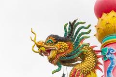 Статуя дракона с серой предпосылкой неба Стоковое фото RF