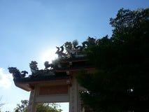 Статуя лебедя и дракона на крыше висок китайца главного входа Стоковые Фото