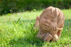 Статуя девушки в саде Стоковое фото RF