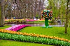 Статуя дерева с красочными птицами в парке Keukenhof, Lisse, Голландии, Нидерландах Стоковое Изображение RF