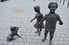 Статуя 2 детей и собаки Стоковое фото RF