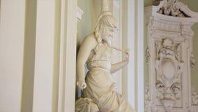 Статуя женщины Белая мраморная голова молодой женщины Artemis Белая мраморная голова молодой женщины стоковое фото