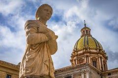 Статуя женщины в соборе архитектуры исторических зданий Палермо Сицилии старом стоковая фотография