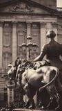 Статуя женщины и льва Стоковое Изображение RF