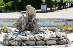Статуя женщины и ребенок в дворце Schönbrunn паркуют Стоковое фото RF