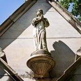 Статуя женщины на усыпальнице Стоковое Изображение RF