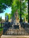 Статуя женщины светлого камня с чуть-чуть грудью с крылами Стоковая Фотография