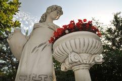 Статуя женщины с корзиной цветков Стоковое Фото