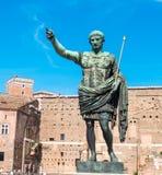 Статуя Жулиус Чаесар в Риме, Италии Стоковая Фотография