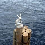 Статуя зайца на журнале Стоковые Фото