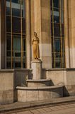 Статуя золотых женщины и голубя перед зданием на Trocadero в Париже Стоковая Фотография RF
