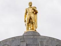 Статуя золота пионерская на здании капитолия Орегона стоковое фото